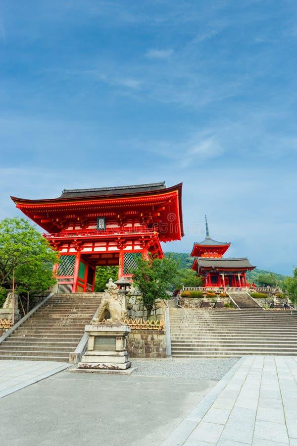 Jour rouge d'entrée de temple de Kiyomizu-dera de porte photos stock