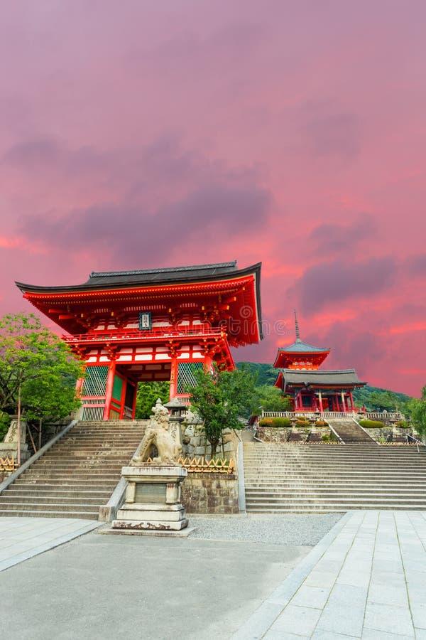 Jour rouge d'entrée de temple de Kiyomizu-dera de porte image stock