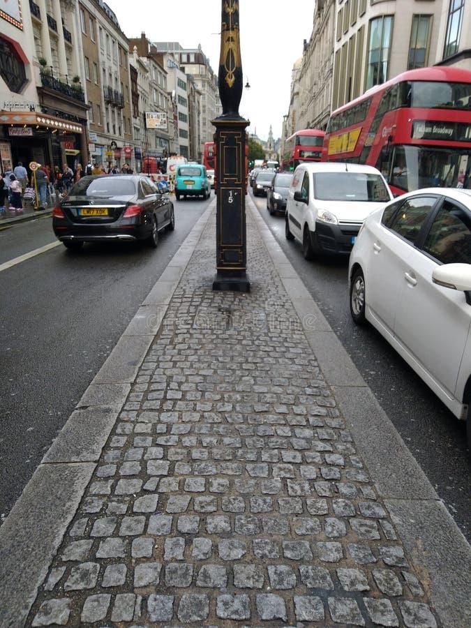 Jour Royaume-Uni de Londres de route ? grand trafic beau, photo stock