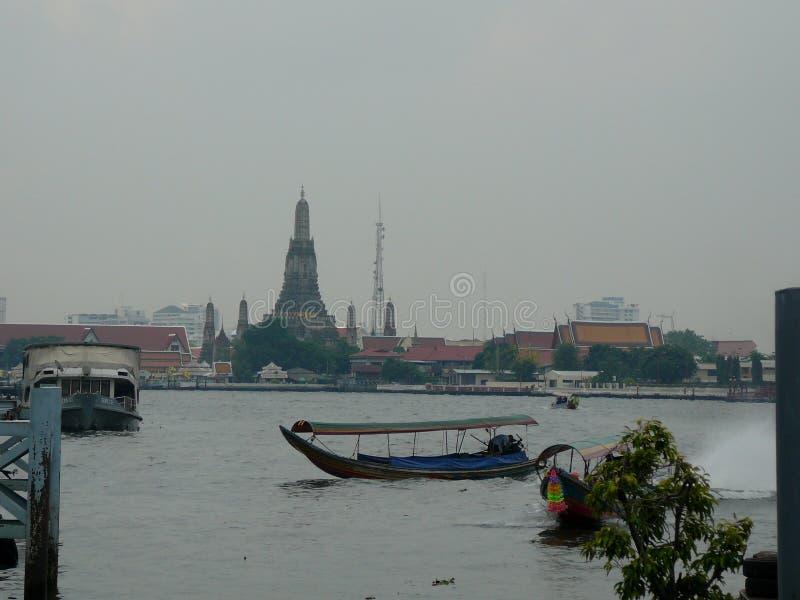 Jour sombre chez le Temple of Dawn, Wat Arun à l'arrière-plan image stock