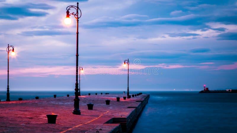 Jour venteux dans la ville de Trieste photos libres de droits