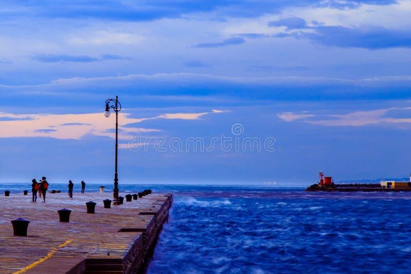 Jour venteux dans la ville de Trieste image libre de droits