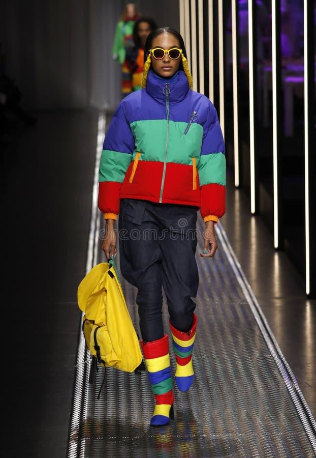 Jourdan Dunn marche la piste aux couleurs unies de l'exposition de Benetton chez Milan Fashion Week Autumn /Winter 2019/20 photographie stock