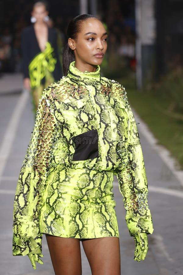 Jourdan Dunn marche la piste pendant l'exposition blanche cassée en tant qu'élément du ressort de Womenswear de semaine de mode d photos stock