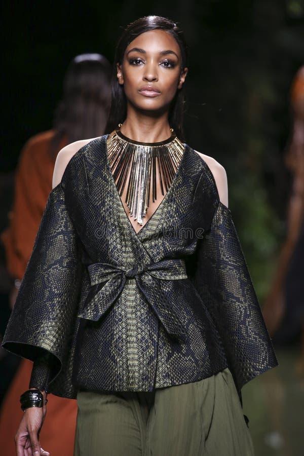 Jourdan Dunn marche la piste pendant l'exposition de Balmain en tant qu'élément de la semaine de mode de Paris photo stock