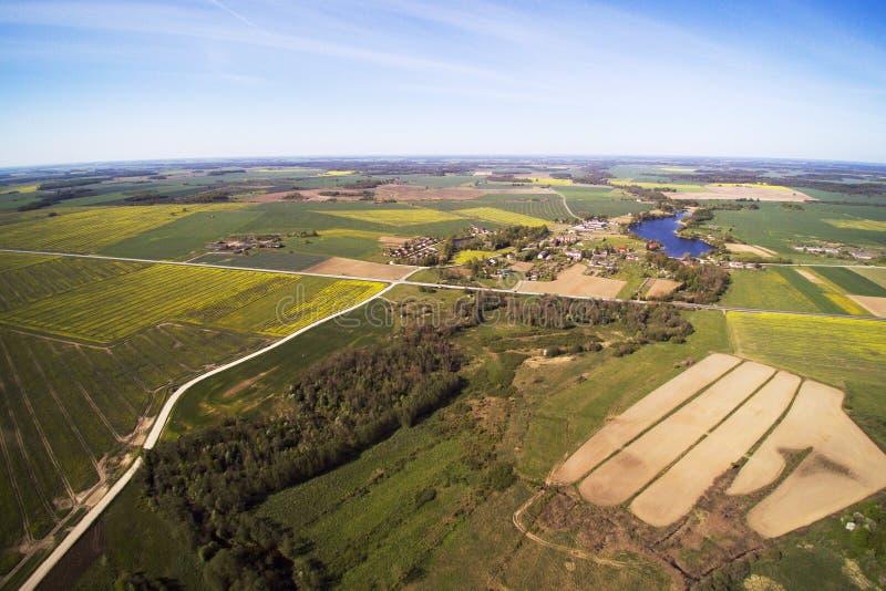 Journée de printemps dans la campagne letton photographie stock
