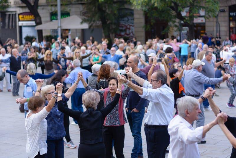 Journée ensoleillée avec des gens dansant dans la rue à Barcelone, ? ? Espagne photographie stock