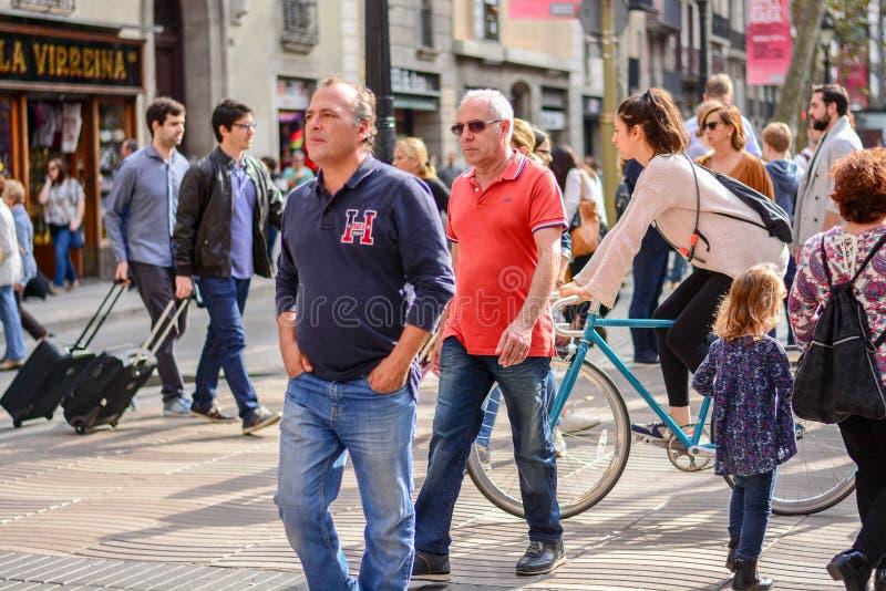 Journée ensoleillée avec des gens sur la Rambla à Barcelone, ? ? Espagne photographie stock libre de droits