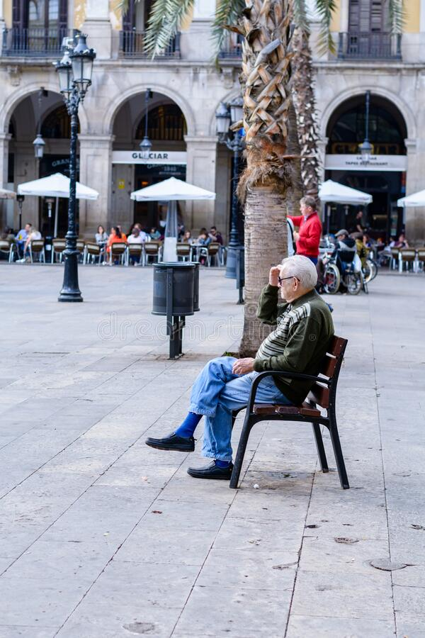 Journée ensoleillée avec des gens sur les Ramblas del Mar pont-levis à Barcelone, ? ? Espagne images stock