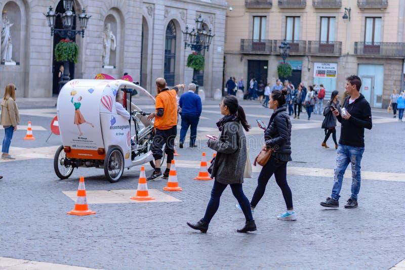 Journée ensoleillée avec des gens sur les Ramblas del Mar pont-levis à Barcelone, ? ? Espagne image stock