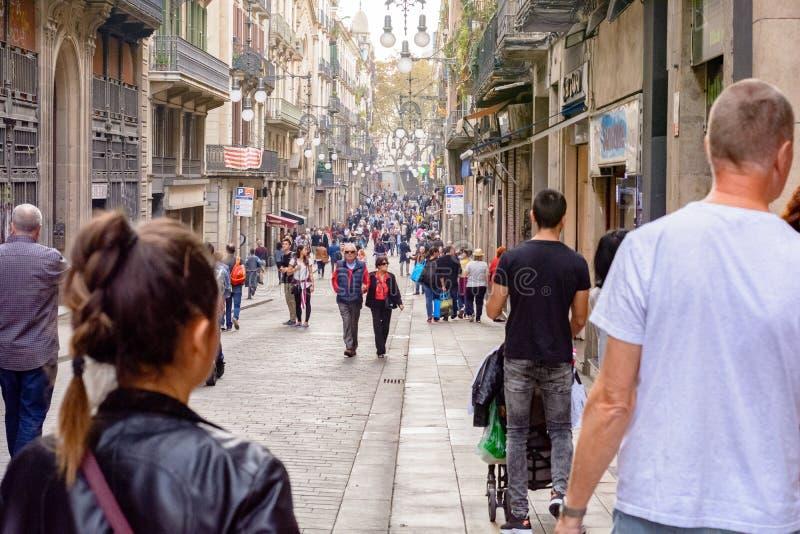 Journée ensoleillée avec des gens sur les Ramblas del Mar pont-levis à Barcelone, ? ? Espagne images libres de droits