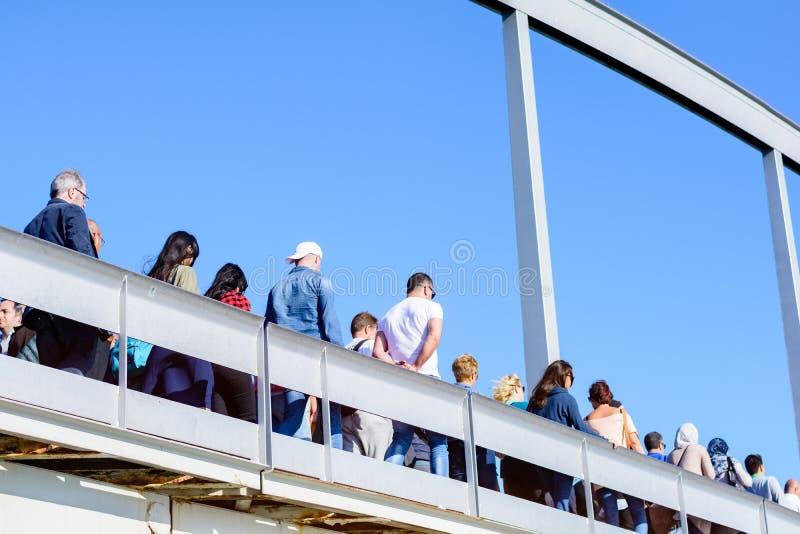 Journée ensoleillée avec des gens sur les Ramblas del Mar pont-levis à Barcelone, ? ? Espagne photo stock
