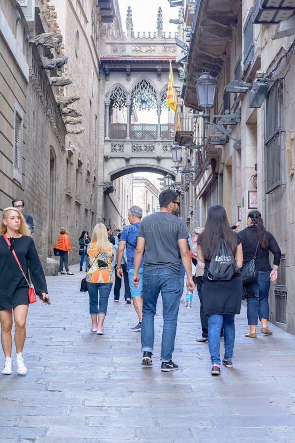 Journée ensoleillée avec des gens sur les Ramblas del Mar pont-levis à Barcelone, ? ? Espagne photographie stock libre de droits