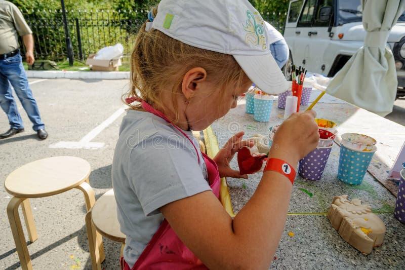 Journée 'portes ouvertes' de Sberbank pour des enfants artistes Tyumen photo libre de droits