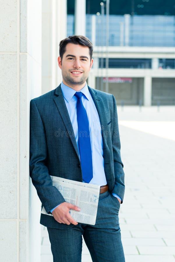 Journal économique de lecture d'homme d'affaires photo stock