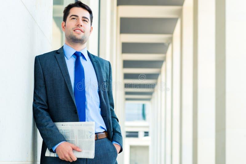 Journal économique de lecture d'homme d'affaires images stock