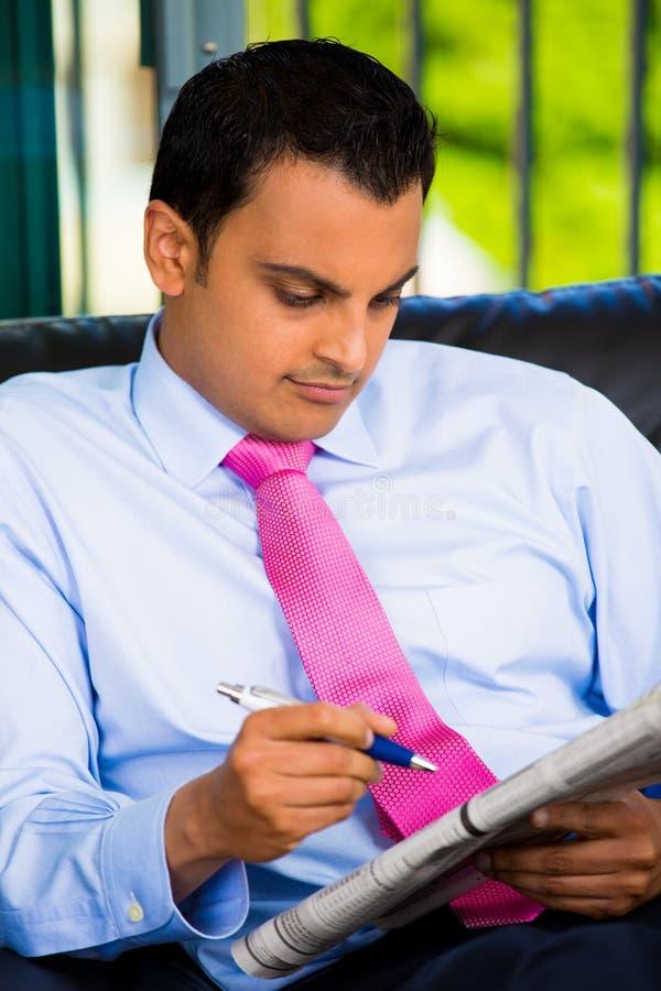 Journal beau de lecture d'homme effectuant le travail image libre de droits