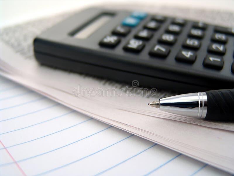 Journal, calculatrice et crayon lecteur photos libres de droits