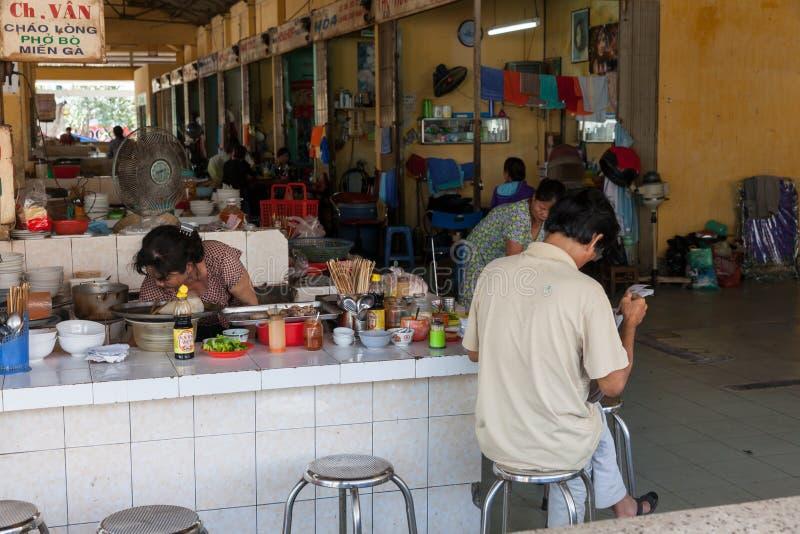Journal de lecture d'homme à l'espace restauration vietnamien de style image libre de droits