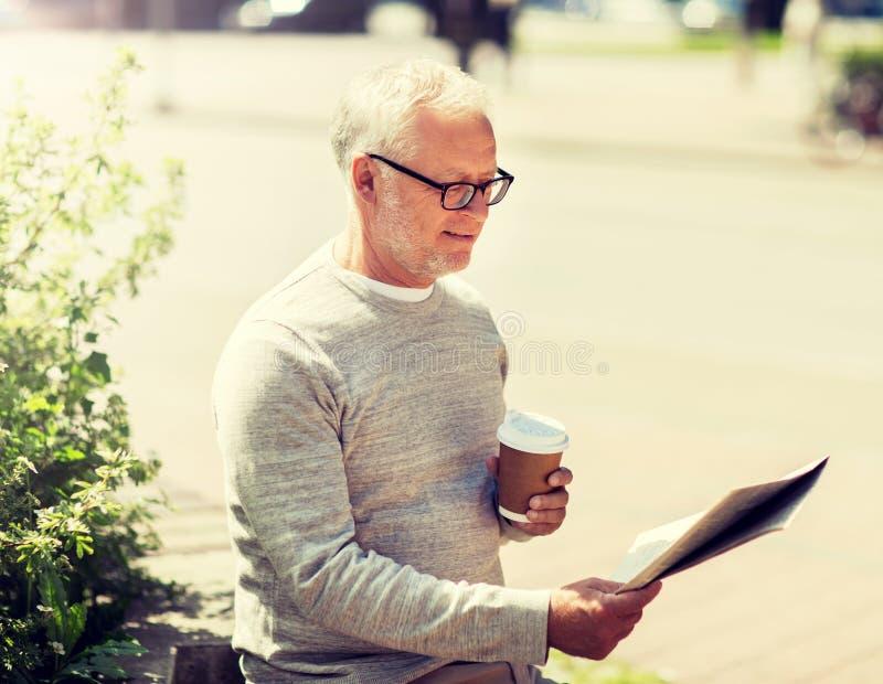 Journal de lecture d'homme sup?rieur et caf? potable image libre de droits
