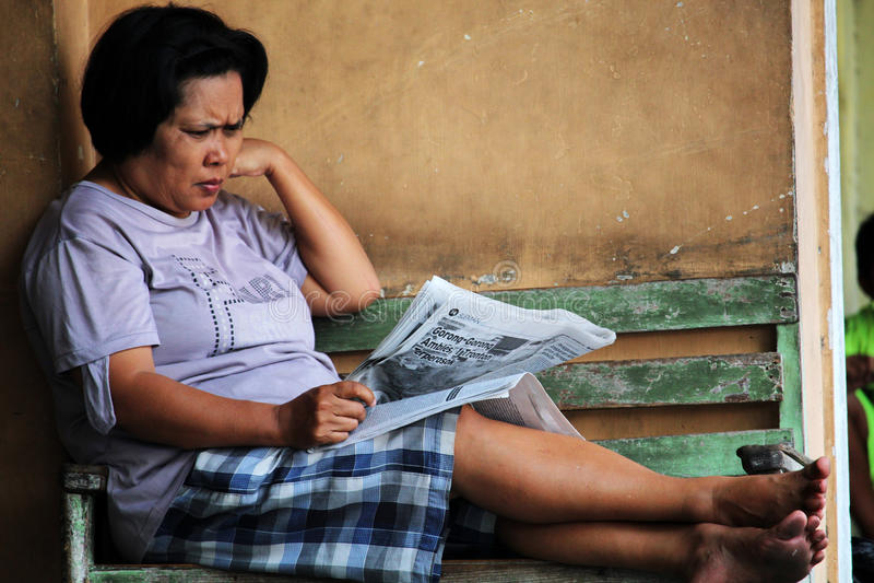 Journal de lecture de Madame dans Yogyjakarta photos libres de droits
