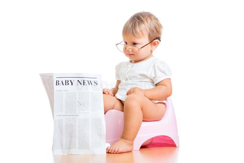 Journal drôle du relevé de bébé sur le chamberpot photos stock