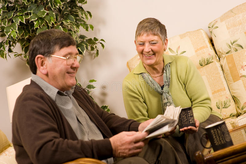 Journal du relevé de couples d'homme aîné et de femme image libre de droits