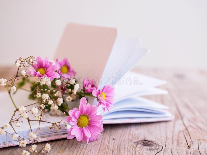 Journal intime avec un bouquet rose photographie stock