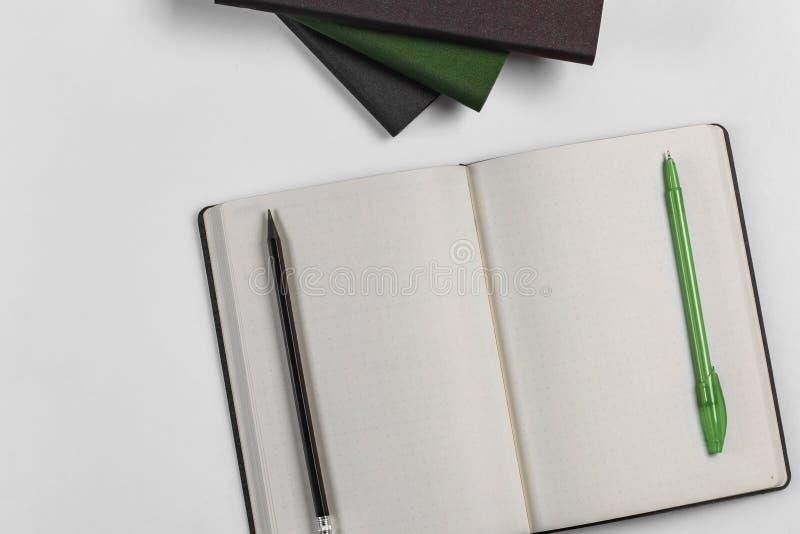 Journal intime avec un stylo et un crayon photos libres de droits