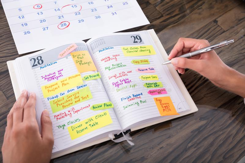Journal intime de Making Agenda On de femme d'affaires photo stock