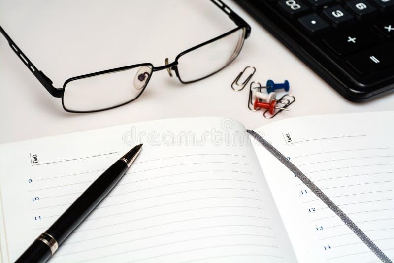 Journal intime ouvert sur le bureau avec l'espace pour l'inscription images stock