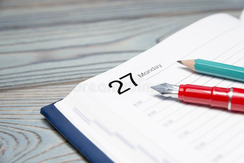 Journal intime, stylo, crayon sur un fond en bois planification photos libres de droits