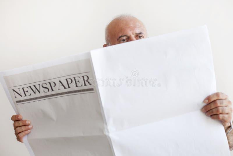 Journal supérieur de lecture de vieil homme image libre de droits