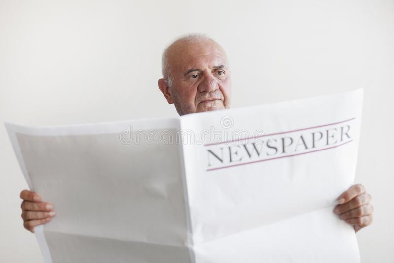 Journal supérieur de lecture de vieil homme photos libres de droits