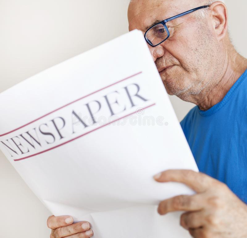 Journal supérieur de lecture de vieil homme images libres de droits