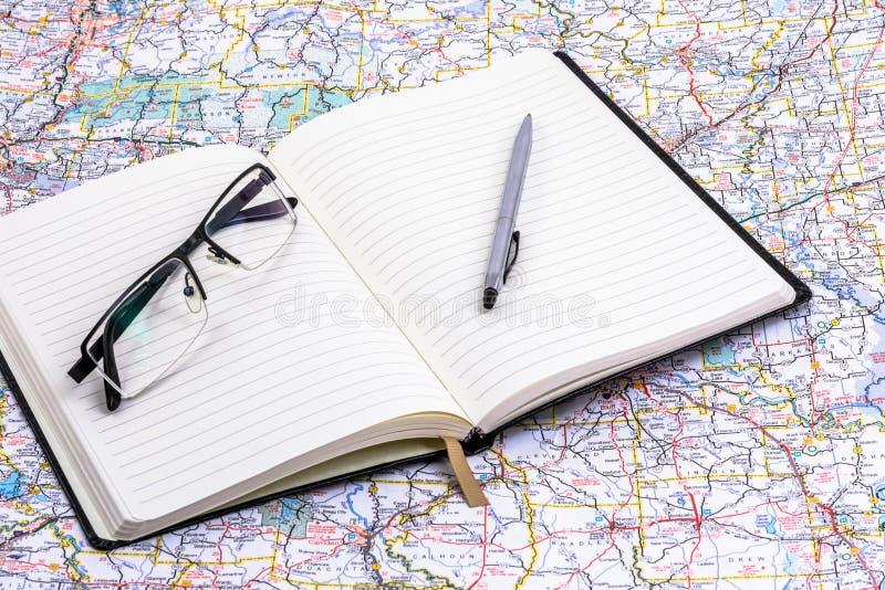 Journal sur la carte avec les verres et le stylo photo libre de droits