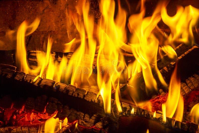 Journalbrand i en spis Brännande och glödande stycken av trä i spis arkivfoton