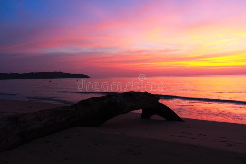 Journalen på stranden med härlig solnedgång royaltyfria bilder