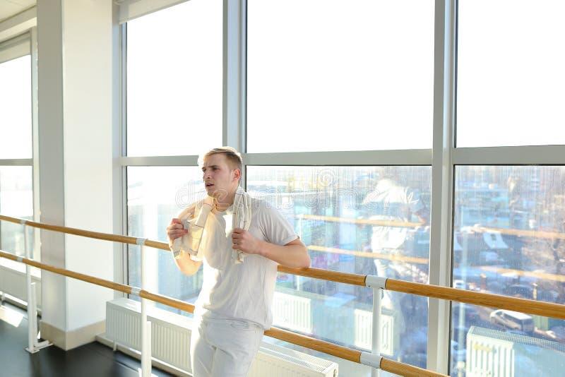 Journalist in der Sportkleidung machen erfolgreichen Versuch von an stehen stockbild