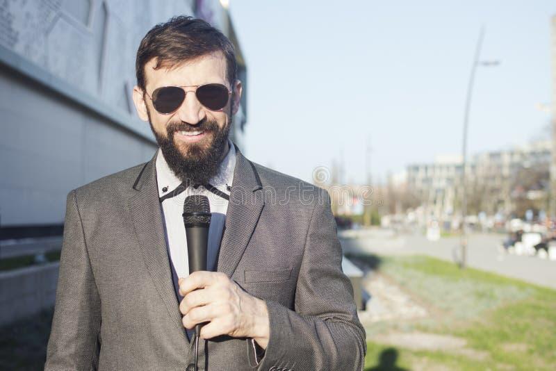 Journalist im Liveprogramm lizenzfreies stockbild