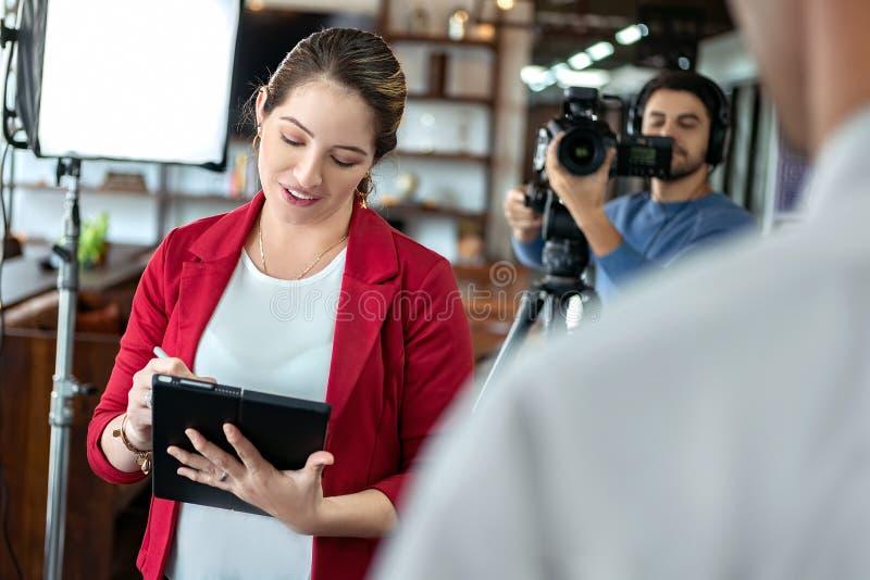 Journalist Interviewing Business Man i konferensrum för TV-sändning royaltyfri bild
