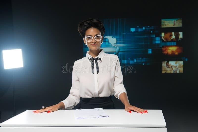 Journalista da tevê no projetor imagens de stock royalty free