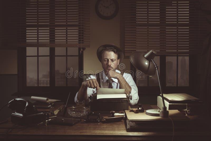 journalista dos anos 50 em seu escritório tarde na noite foto de stock
