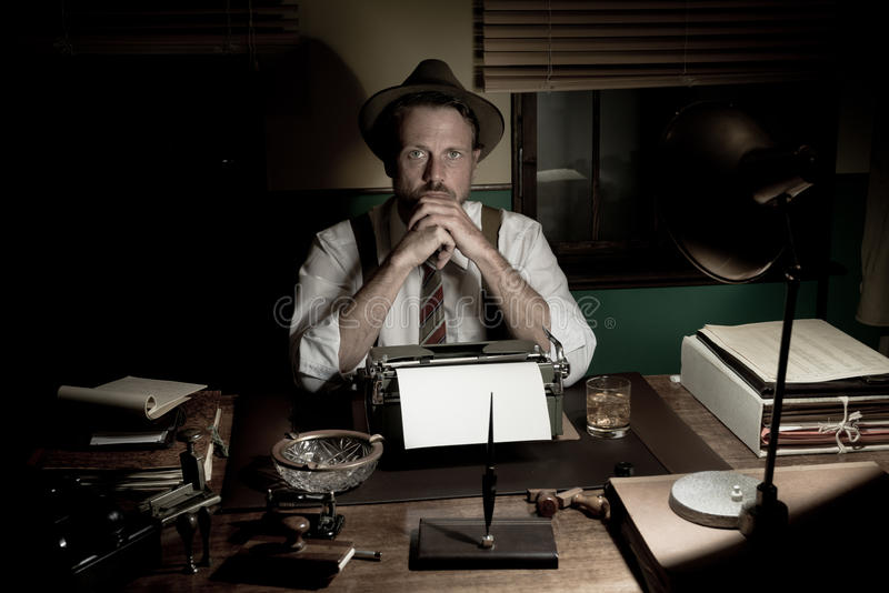 journalista dos anos 50 que trabalha tarde na noite imagens de stock royalty free