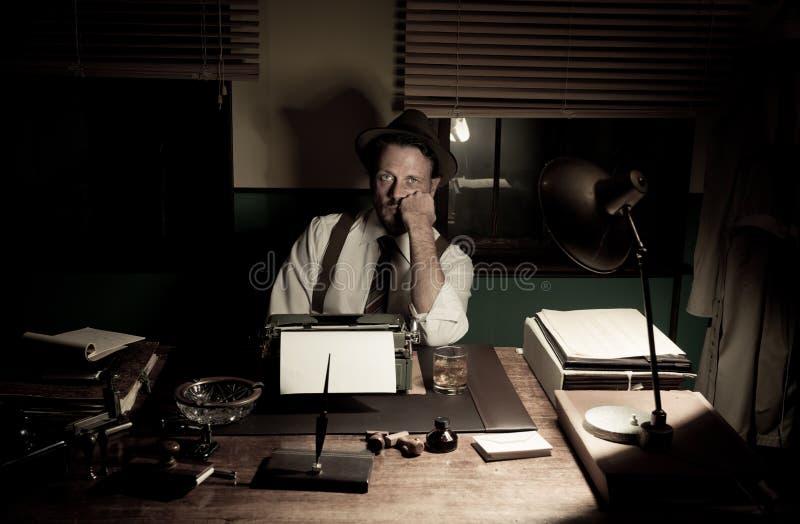 journalista dos anos 50 que trabalha tarde na noite fotos de stock