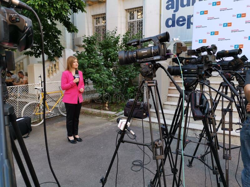 Journalista em Digi24 na frente das câmeras em Alliance 2020 matrizes de USR-PLUS em Bucareste foto de stock