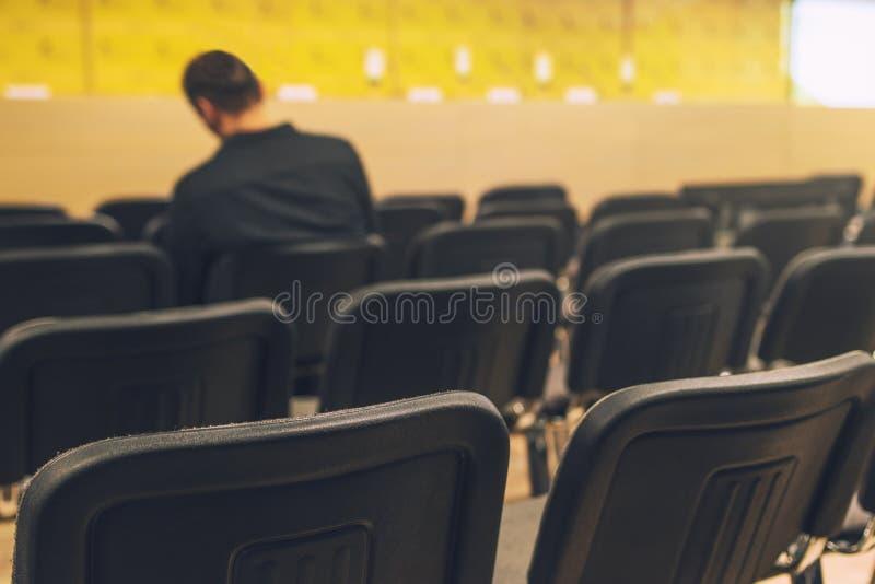 Journalista irreconhecível na sala de conferências da imprensa imagens de stock
