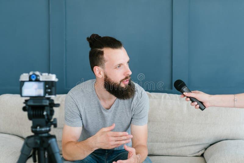 Journalista mic da entrevista do homem do influencer dos mass media imagem de stock royalty free
