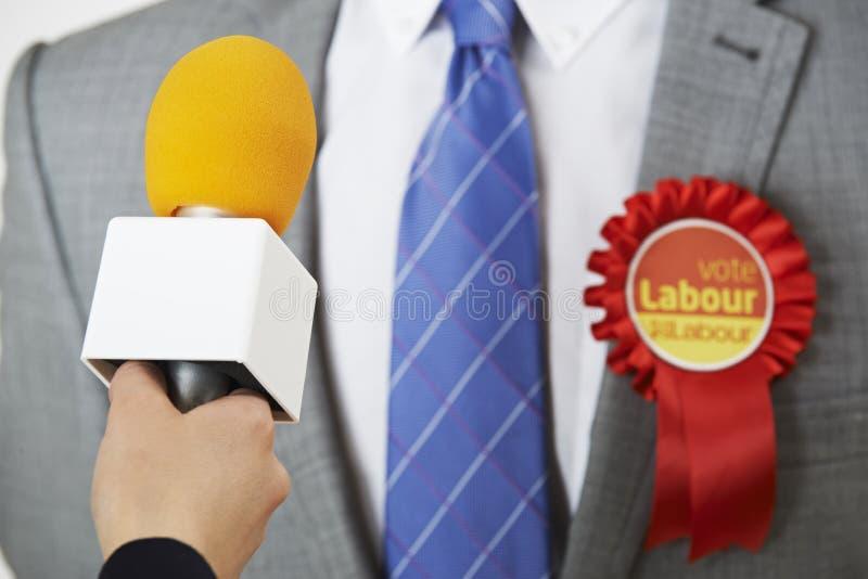 Journaliste de Being Interviewed By de politicien de parti travailliste photo libre de droits