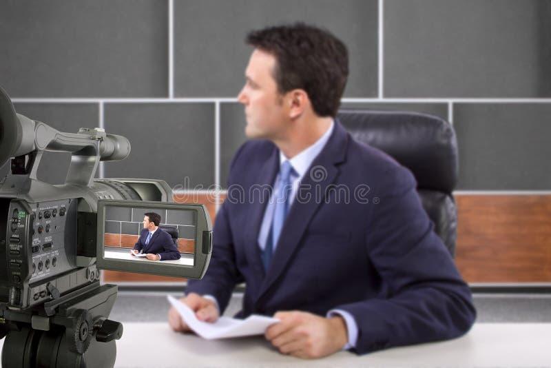 Journaliste de pelliculage d'appareil-photo de studio photographie stock libre de droits